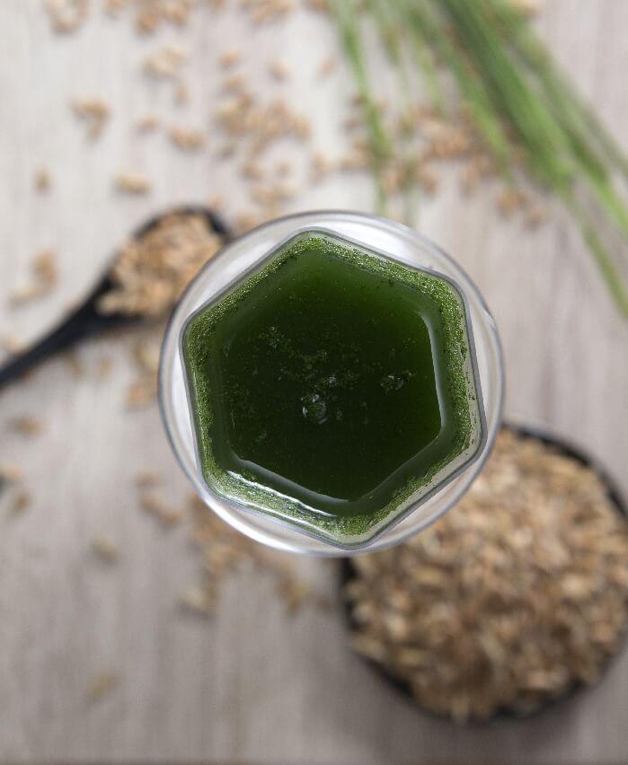 sok od zelene spelte u šestougaonoj čaši pogled odozgo