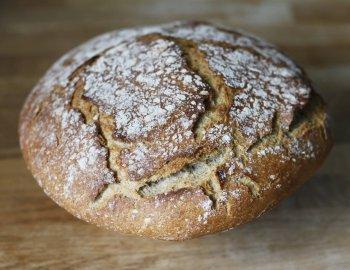 hleb od spelte sveže ispečen i posut brašnom po kori